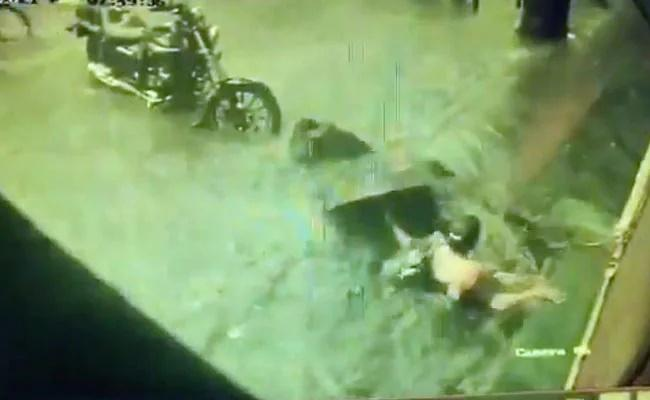 On Camera 2 Women Fall In Manhole In Waterlogged Mumbai - Sakshi