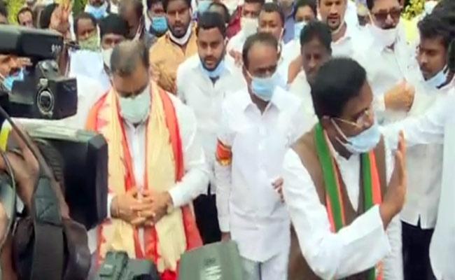 BJP Leader Tarun Chugh Comments On TRS - Sakshi