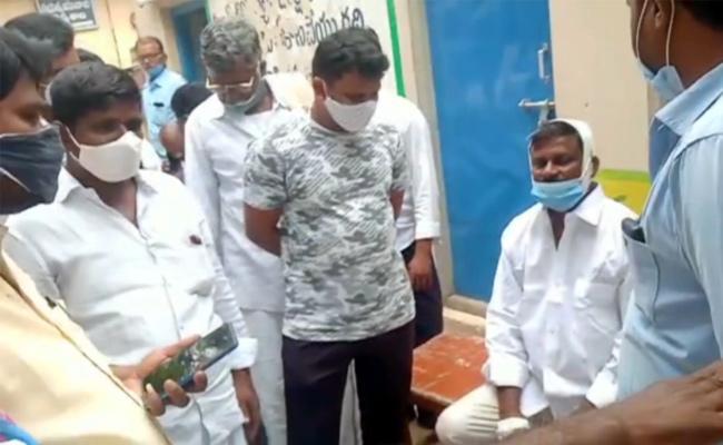 Anantapur: TDP Activists Attacked On YSRCP Leader In Gummallakunta - Sakshi