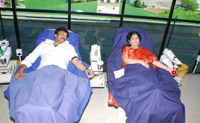 World Blood Donor Day: Chiranajeevi  Along With His Wife Surekha Donates Blood - Sakshi