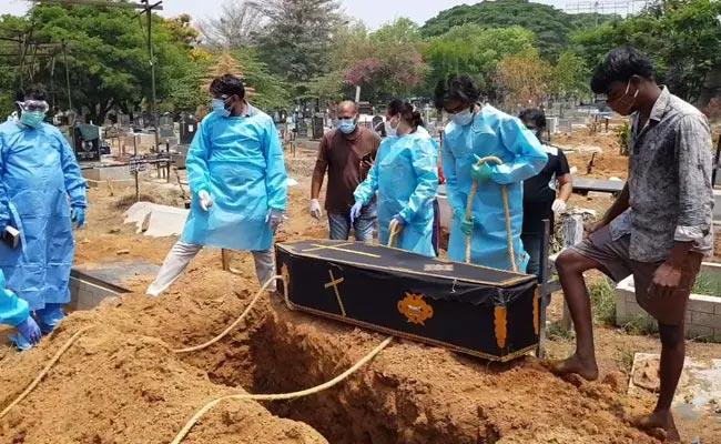 A Bengaluru Group Helps Last Rites Of Covid Victims - Sakshi