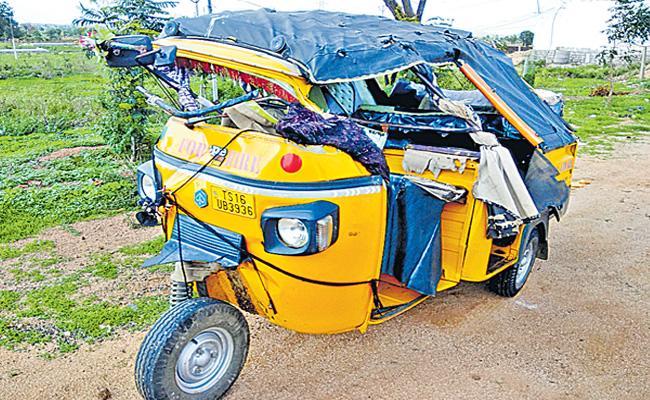 Lorry Rams Into Auto 2 Women Deceased Kamareddy Sadashivanagar - Sakshi
