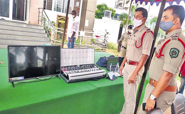 Cricket betting gang arrested by Visakha Police - Sakshi