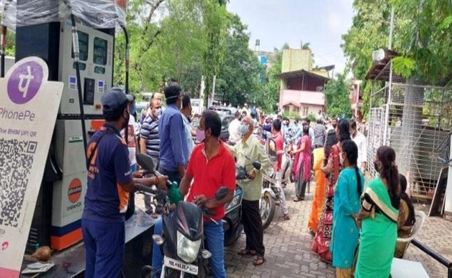 Aditya Thackeray birthday: Shiv Sena distributes petrol at Rs 1 per litre - Sakshi