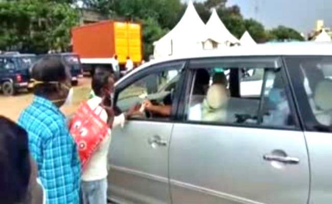 karnataka: Man Stop Minister Car And Requests To Polish His Shoes - Sakshi