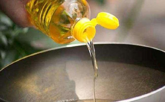 America, Brazil Drought Affecting Indian Kitchen Edible Oil Price Hike May Continue Some More Time - Sakshi