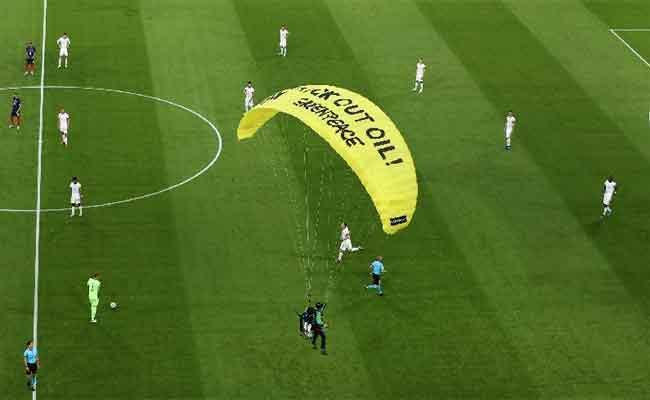 People Hurt By Parachuting Protestor At Euro 2020 Game - Sakshi