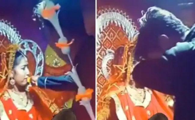Viral Video: Bride Ex Boyfriend Shows Up at Her Wedding,What Happen Next - Sakshi