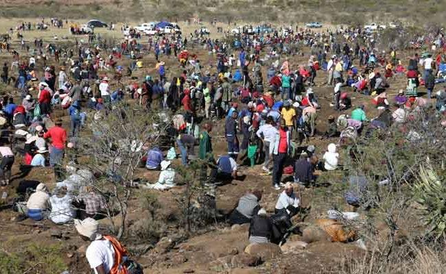 South Africa Tiny Village Thousands Of People Continues Diamond Hunt - Sakshi