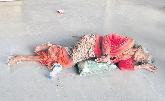 Sons Left His Mother On Road At Vikarabad District - Sakshi