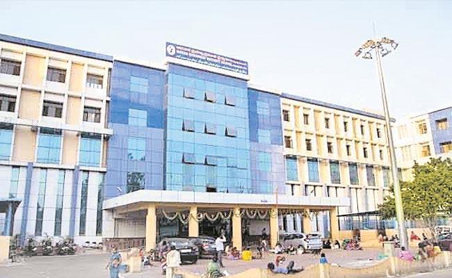 Staff Money Collecting From Pregnant Women In Petlaburj Hospital - Sakshi