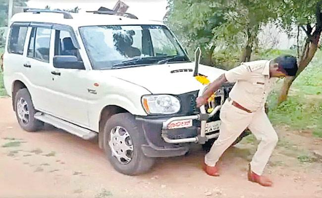 Circle Inspector Himself Dragged The Vehicle 20 Meters In Karnataka - Sakshi