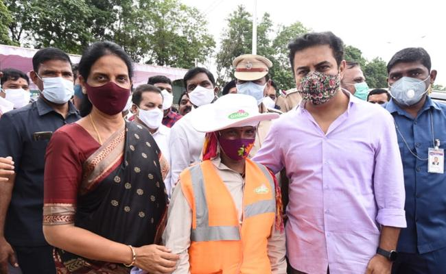 Hyderabad: KTR Meets Sanitation Worker Saidamma Clicks Photo With Her - Sakshi
