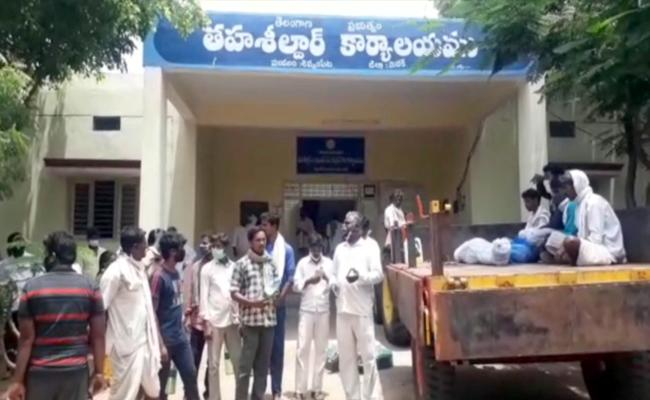 Medak: Farmers Try To Pour Diesel On MRO Shivampet While Protest - Sakshi