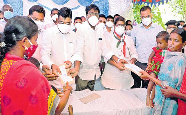 TS Minister Puvvada Ajay Visits Mariyamma Family And Gives Ex Gratia Amount - Sakshi