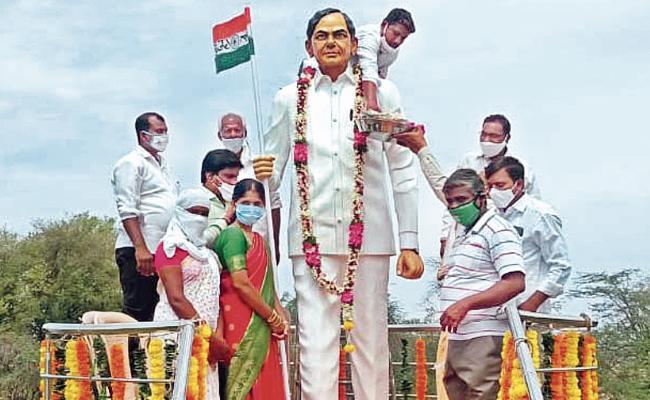 9 Feet KCR Statue At Chilpur Janagam District - Sakshi