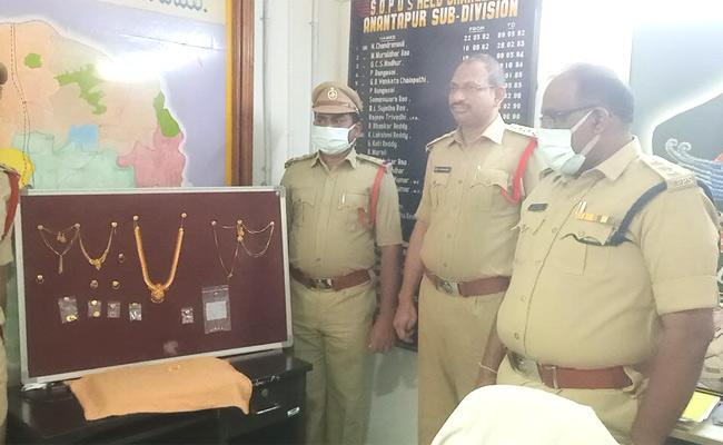 Gold Jewellery Robbery Case Four Minors Arrested In Anantapur - Sakshi