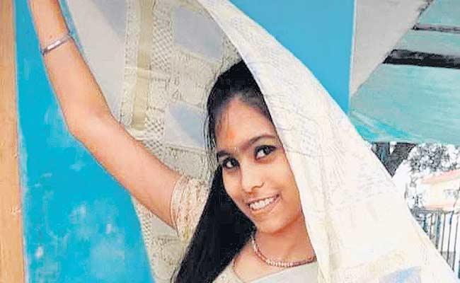 telangana: girls ends her life for parents not buying smart phone - Sakshi