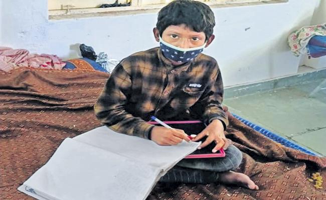A Student went to Isolation Centre With His books - Sakshi