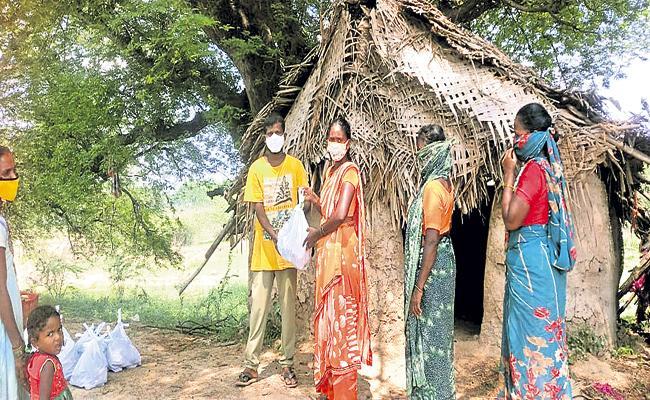Volunteer Balaji Helping Hand To Poor People In Covid Times - Sakshi