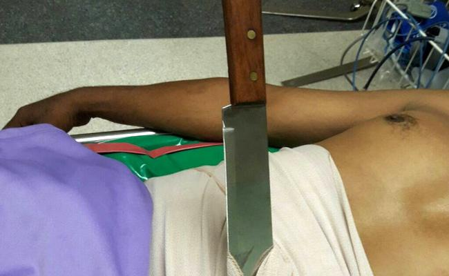 Nagpur Man Stabbed Knife Stuck In Stomach Runs Towards Police Station - Sakshi