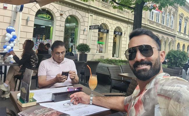 WTC:Dinesh Karthik Shares Selfie With Sunil Gavaskar Ready For Commentary - Sakshi