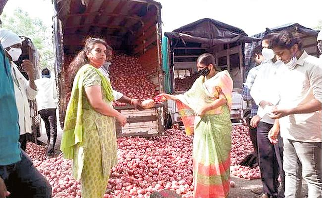 Womens Group Breaks Glass Ceiling At Lasalgaon Onion Mandi - Sakshi