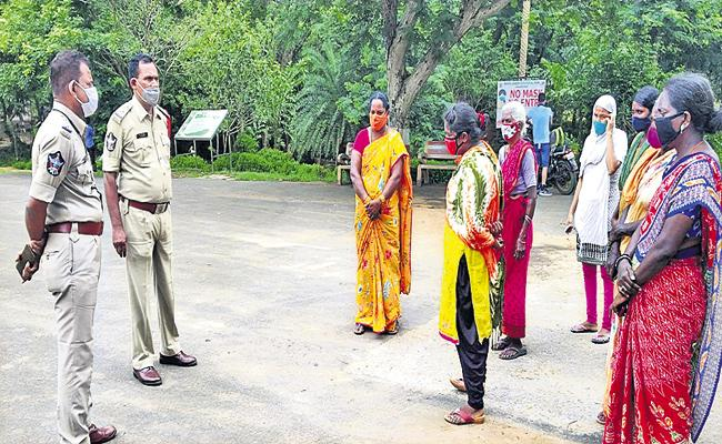 Animal keeper commits suicide at zoo - Sakshi