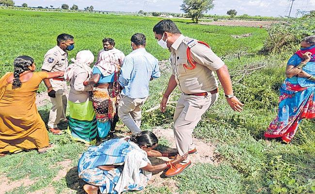 Farmers Obstructs Palle Prakruthi Vanam In Dugyala - Sakshi