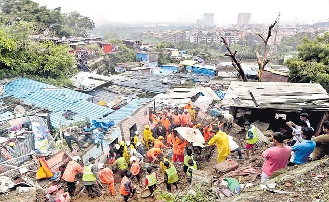 Heavy Rains Hit And 30 People Succeeded In Mumbai - Sakshi