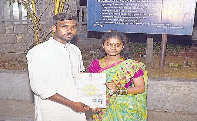 Newly Married Couple Seeks Police protection From Parents - Sakshi