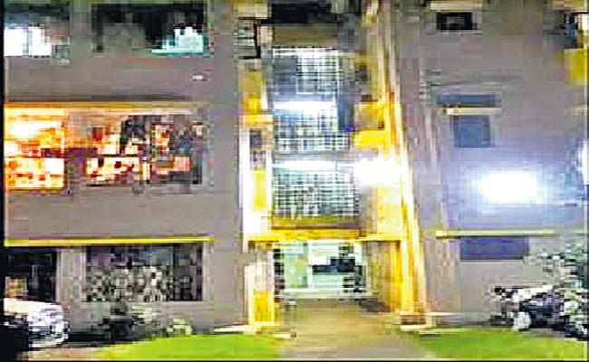 A young man from Hyderabad committed suicide in Kolkata - Sakshi