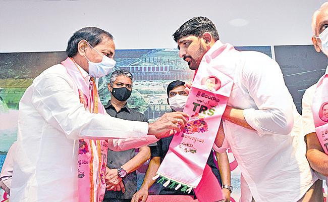 Padi Koushik Reddy Joins in TRS Party in Presence Of CM KCR - Sakshi