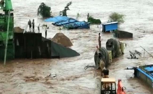 Heavy Rains Labour Stuck In Asifabad Penchikal Stream Floods - Sakshi