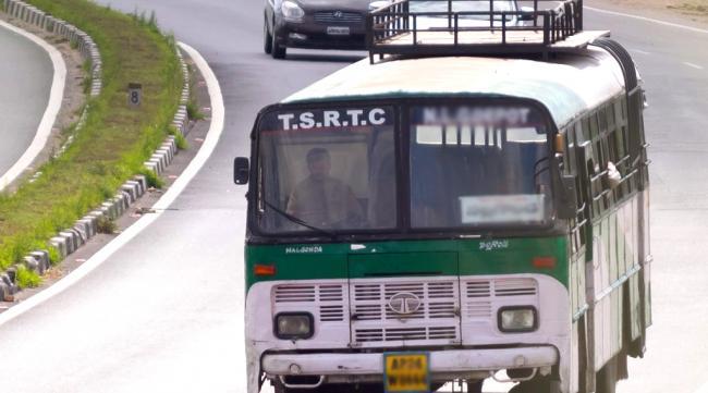 Man Attack On Bus Driver In Mahabubnagar District - Sakshi