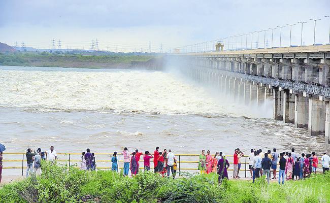 Huge Water Flow In Godavari River With Heavy Rains - Sakshi