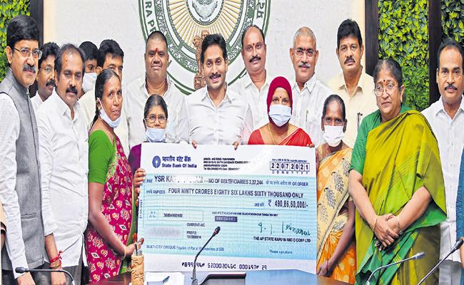 CM Jagan deposited above Rs 490 crore directly into accounts of Kapu womens - Sakshi