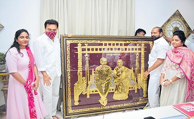 Srinivas Goud Gives CM KCR Couple Panchaloha Photo Frame To KTR - Sakshi