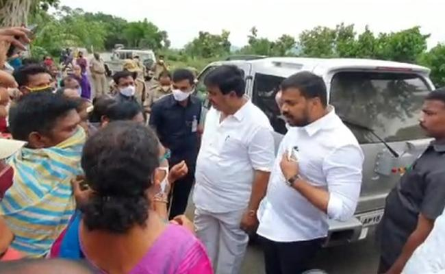 AP Ministers Stops Convoy To Listen To Peoples Problems - Sakshi