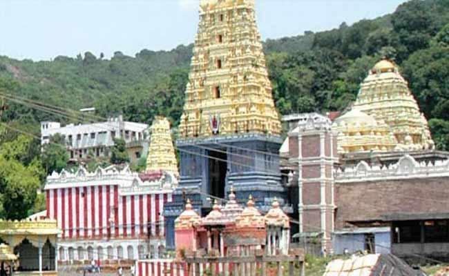 Simhachalam Temple EO Surya Kala Give Notices To Priests - Sakshi