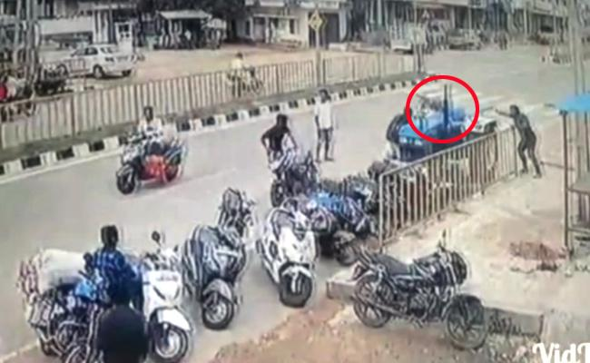 Video: Tractor Parked in Narsapur Moved on the Road Without A Driver - Sakshi