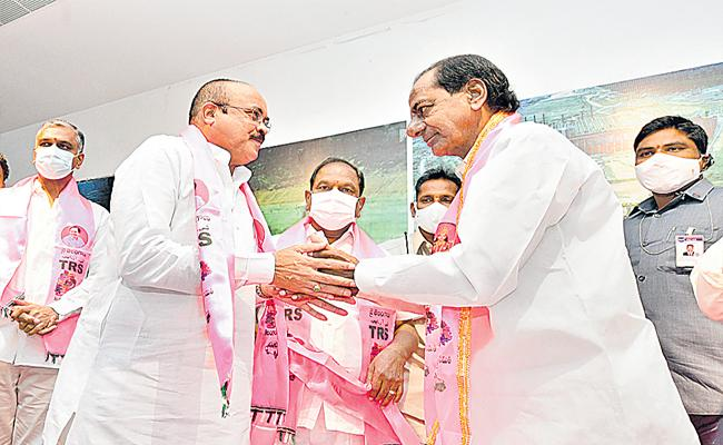 KCR Welcomes Peddi Reddy Into TRS Vows Implement Dalita Bandhu - Sakshi