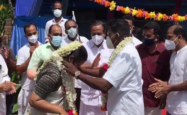 Kerala: Couple Gets Married Outside Liquor Shop In Kozhikode Viral Post - Sakshi