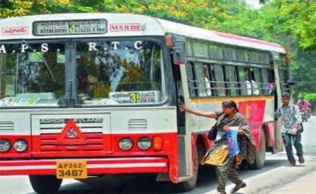 HYD: Woman Can Now Hail And Board RTC Buses Anywhere Between 2 Stops - Sakshi