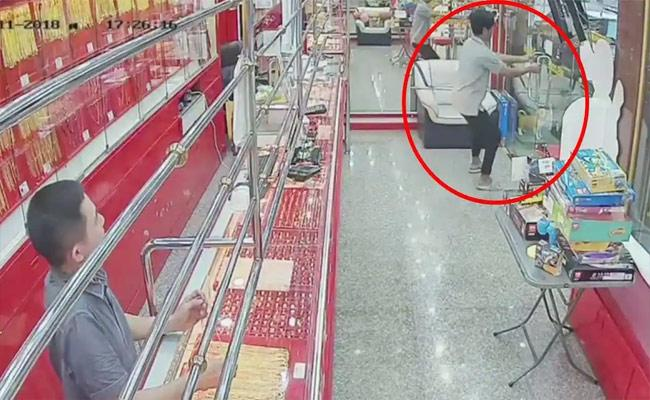 Viral Video:Thief Tries to Steal Gold Chain Ends Up Returning It As Store Door Was Locked - Sakshi