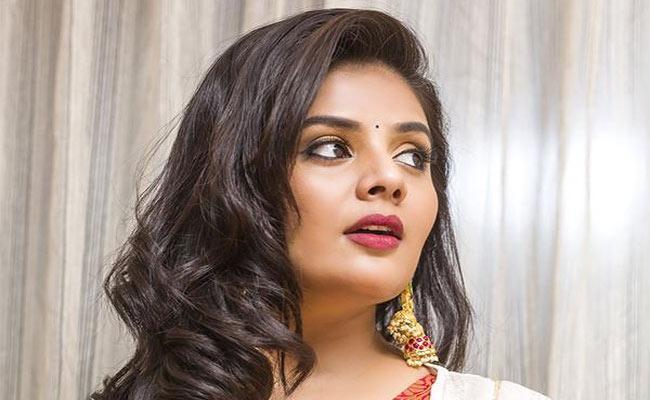 Anchor Sreemukhi Shocking Reaction When Fan Post About Marriage - Sakshi