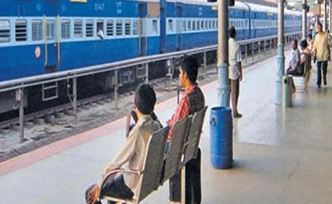 Shocking Video:Cops Save Man From Falling Under Train - Sakshi