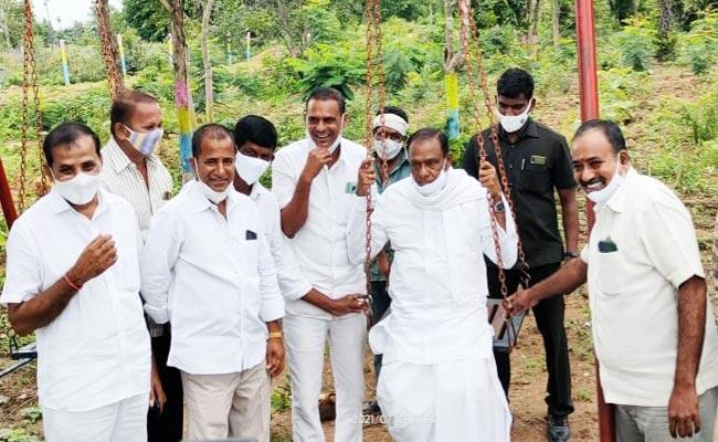 Narsapur MLA Madhan Reddy Hulchul In Palle Pragati Programme Narsapur - Sakshi