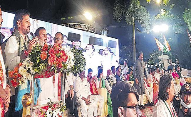 Revanth Reddy Vs Maheshwar Reddy In Congress Party Meeting - Sakshi