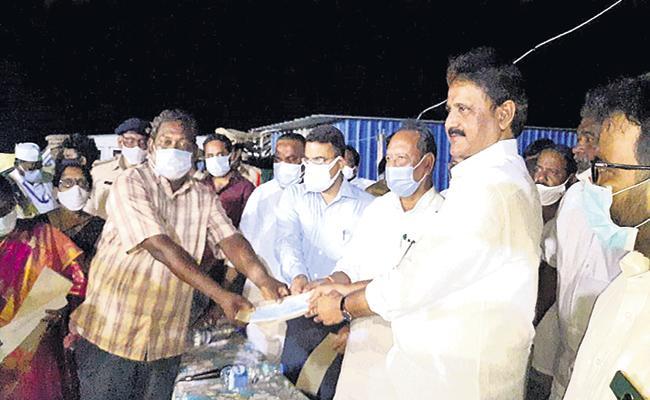 Three Lakh Rupees Compensation deceased families Lankavanidibba - Sakshi